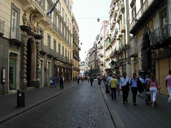 Disagi a Via Toledo, rifiuti circondano storica strada di Napoli: commercianti alzano la voce