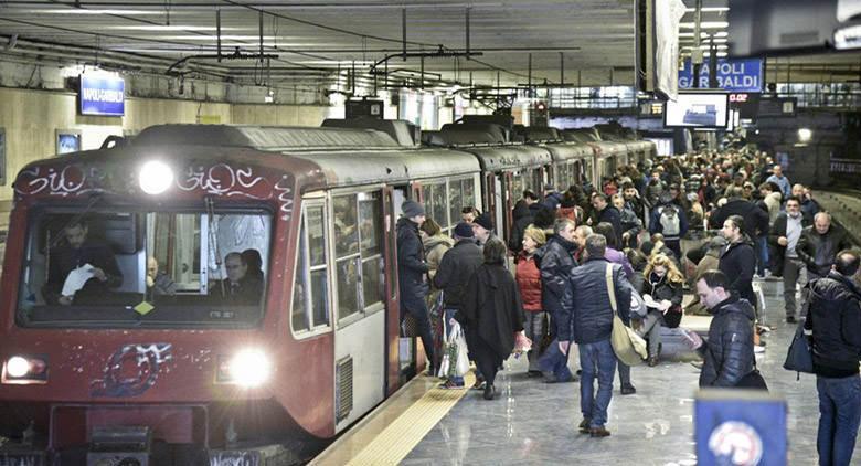 Disagi sulla Circumvesuviana, Napoli paralizzata dai trasporti: cittadini perdono la pazienza